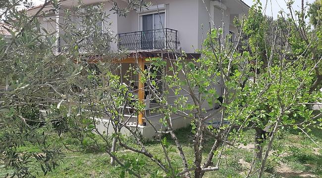 Alaçatı çarşı yakını 4+1 konforlu geniş bahçeli villa